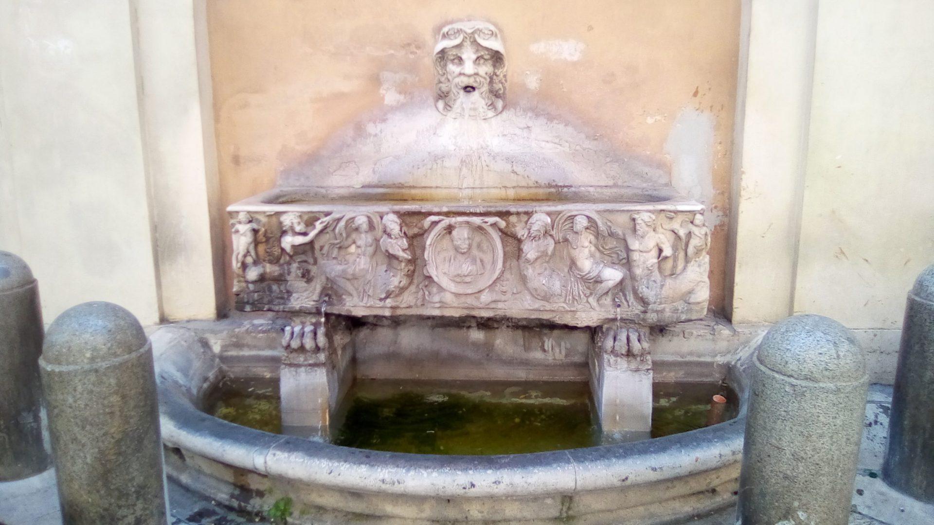 Fontanna przy 79 Via Bocca di Leone w Rzymie